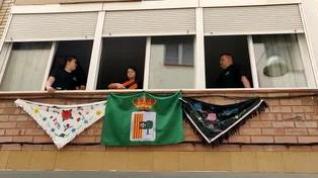 Mantones y jotas desde los balcones para celebrar el Día de la Faldeta en Fraga
