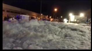 Una avalancha de espuma invade una zona de Mercadona en Plaza