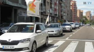 Una veintena de vehículos han participado en la caravana manifestación del 1 de mayo
