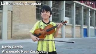 Un (pequeño) aficionado del Real Zaragoza se acerca a La Romareda para animar a su equipo