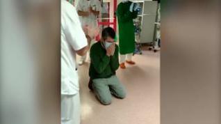 Un paciente recibe el alta, con gran emoción, después de 50 días