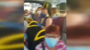 Un grupo de pasajeros denuncia la aglomeración en un autobús público de Murcia