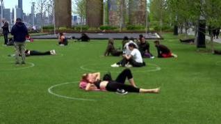 Círculos de distanciamiento para disfrutar del aire libre en un parque de Nueva York