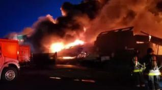 Los bomberos luchan por contener las llamas en uno de los muelles de San Francisco