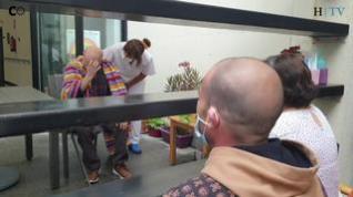 Emoción en los reencuentros de las familias con los ancianos de las residencias en Zaragoza