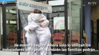 'Abrazos seguros' el invento casero de la residencia Delicias para abrazar a sus ancianos