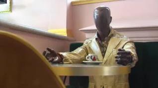 Una cafetería utiliza maniquíes para separar las mesas e impulsar los comercios locales