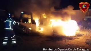 Extinguido un incendio que ha calcinado tres vehículos en La Muela