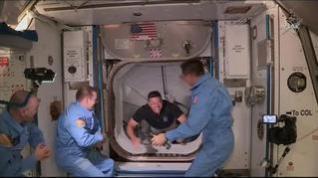La tripulación de la Estación Espacial Internacional recibe a los astronautas de la Dragon