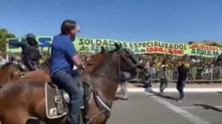 Bolsonaro se pasea a caballo entre miles de personas sin mascarilla ni respetando la distancia social