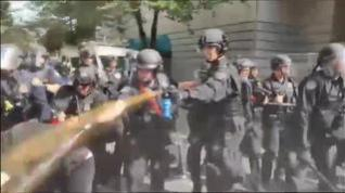 Violento enfrentamiento entre la policía y los manifestantes en Portland, EEUU
