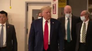 Trump, sin mascarilla y con gestos imprudentes, visita una planta de productos sanitarios