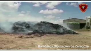 Los Bomberos de Zaragoza trabajan en la extinción de un incendio en Luceni