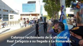 Decenas de aficionados reciben a los jugadores del Real Zaragoza a su llegada a La Romareda