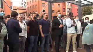 Abascal desafía a los antifascistas fumándose un puro mientras la policía lucha por contener la protesta contra VOX