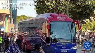 Llegada a La Romareda de los equipos del derbi aragonés