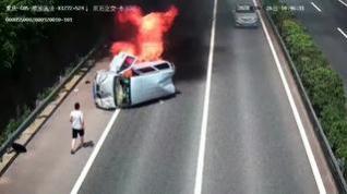Tres personas salvan la vida 'in extremis' antes de que su coche se consumiera por las llamas