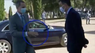 Un despiste del Rey Felipe VI al tender la mano para saludar a Pedro Sánchez