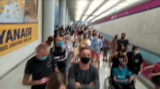 Aglomeración de viajeros en el aeropuerto de Palma durante los controles sanitarios por coronavirus