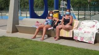 Los usuarios de las piscinas aceptan con resignación el uso de la mascarilla