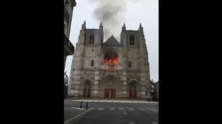 Un gran incendio devora la catedral gótica de Nantes
