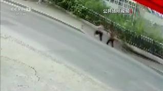 Un impresionante socavón en plena calle engulle a dos viandantes en China