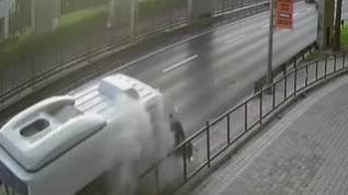 Un hombre salta justo a tiempo para evitar que le atropelle una caravana