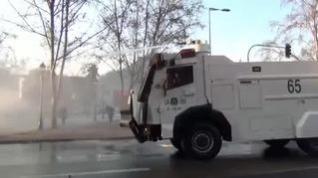 La Policía chilena dispersa con cañones de agua nuevas manifestaciones contra Piñera