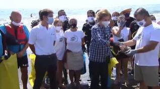La reina Sofía, voluntaria en la limpieza de una playa de Málaga