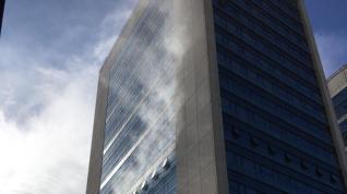 Humo saliendo del piso afectado por el incendio en el Trade Word Center del Actur.