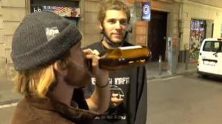Intentan evitar que les graben bebiendo en la calle sin mascarilla ni distancia de seguridad