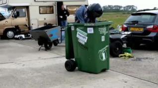Récord Guiness al alcanzar 70 km/h... subido a un contenedor de basura