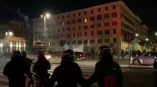Grupos fascistas italianos intentan romper el toque de queda en Roma
