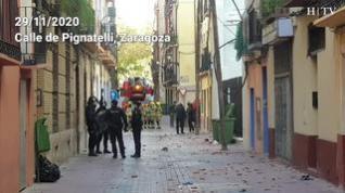 Así ha quedado la calle de Pignatelli tras una lluvia de objetos realizada por tres okupas encaramado a un tejado