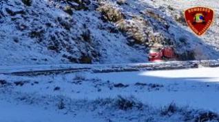 Bomberos de la DPZ limpian la nieve de la carretera CV-307, en Cimballa (Zaragoza)