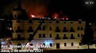 Los bomberos intentan sofocar un virulento incendio en el pleno centro de Jaca