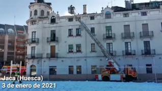 Los bomberos siguen trabajando para extinguir el incendio de Casa la Rubia de Jaca