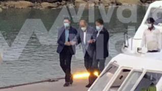 Fotografían en Abu Dabi a Juan Carlos I caminando con ayuda de dos escoltas