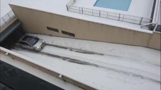 El vídeo de un coche sin poder subir la cuesta del garaje por la nieve se hace viral