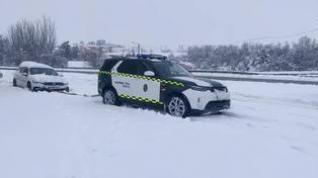 La Guardia Civil rescata un coche atascado en la nieve en la N234 en Sarrión