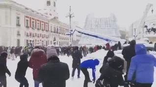 Guerra de bolas multitudinaria en la Puerta del Sol