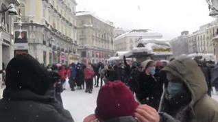 Una multitud baila en la Puerta del Sol al ritmo de Alaska en plena emergencia por la nieve