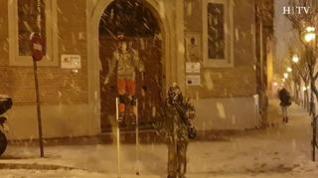 Hasta con zancos... los zaragozanos sorprenden con sus métodos de desplazamiento sobre la nieve