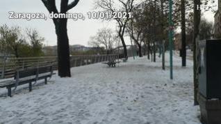 Caminos en la nieve y paisajes helados: las imágenes de Zaragoza este domingo