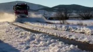 Los Bomberos de Zaragoza continúan limpiando las carreteras secundarias de la provincia