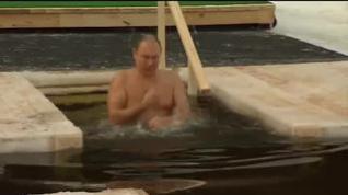 Putin se sumerge en agua helada cumpliendo el ritual de la Epifanía Ortodoxa
