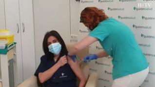 """""""Esto es felicidad, por mi familia, por mi madre"""", la vacuna llega a los hospitales privados de Zaragoza"""
