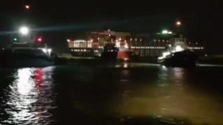 Los remolcadores logran desencallar el carguero que bloqueaba el Canal de Suez