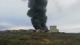El fuego devora una de las naves de la avícola Interovo, en Grañén
