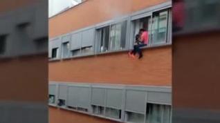 Intentan salvar la vida de su hijo descolgándolo por la ventana durante un incendio